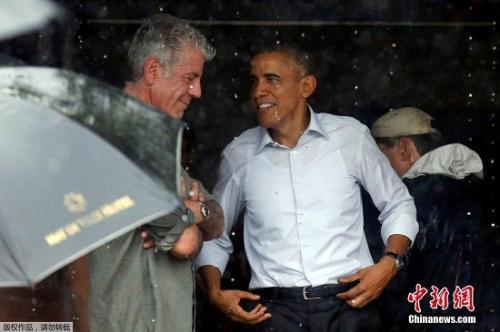 2016年5月24日,时任美国总统奥巴马参观越南河内市场,与美国名厨安东尼波登寒暄。