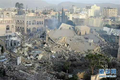 这是6月6日在也门首都萨那拍摄的建筑物废墟。沙特阿拉伯领导的多国联军5日晚间对也门首都萨那进行空袭,目前尚无人员伤亡报告。新华社发(穆罕默德摄)