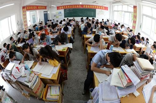 在河南省郸城一高,高三学生们在教室内复习备考(2016年6月2日摄)。 新华社记者 赵鹏 摄