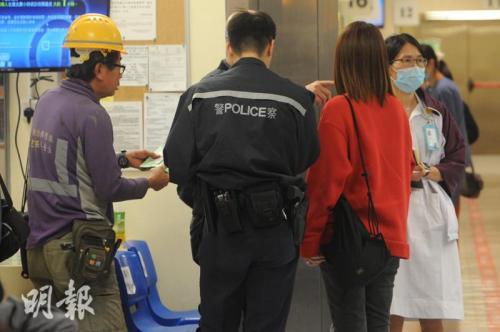 車禍中一名男子(左)受輕傷,由警員陪同送院檢查。圖片來源:香港《明報》/樊銳昌 攝