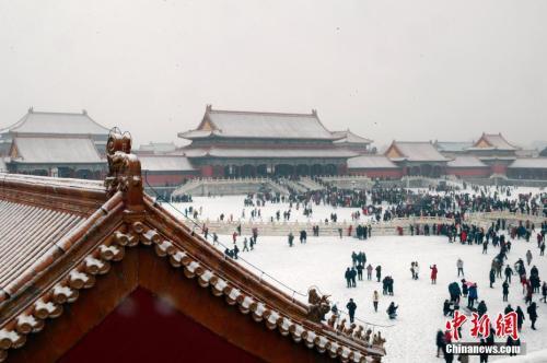 资料图:2月12日,北京迎来今冬第二场降雪,游客冒雪参观故宫博物院。中新社记者 盛佳鹏 摄