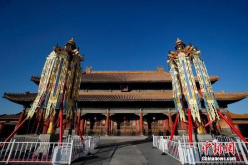 """资料图:北京故宫博物院在乾清宫前丹陛上下树立起""""天灯""""和""""万寿灯""""各一对。中新社记者 杜洋 摄"""