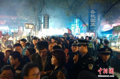 国庆黄金周期间,西安著名的美食一条街回民街日均旅客流量达到30万。
