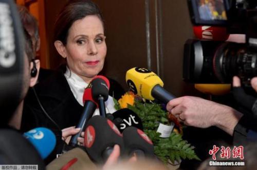 資料圖:瑞典學院的危機對諾貝爾獎產生不利影響。圖爲當地時間2018年4月12日,瑞典學院常任祕書長Sara Danius接受採訪,她因醜聞事件引咎辭職。