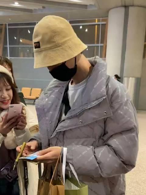 李泊文机场暖心给粉丝签名