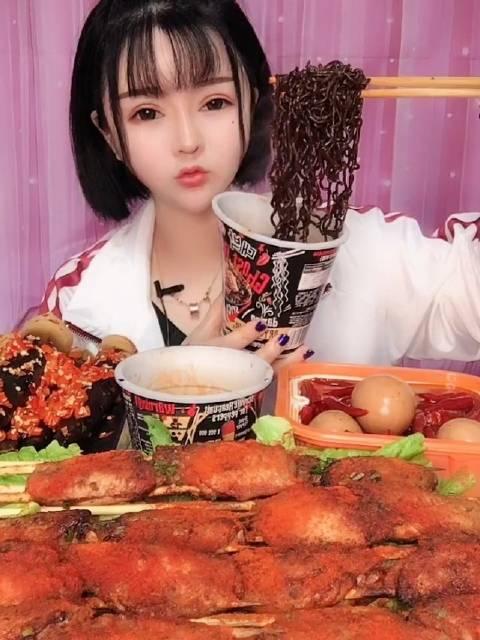 id陈可可爱吃啊:  吃火鸡面吃货在这里 slay全宿舍的零食