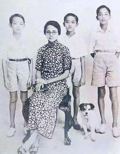 郭鹤年(左一)和家人。