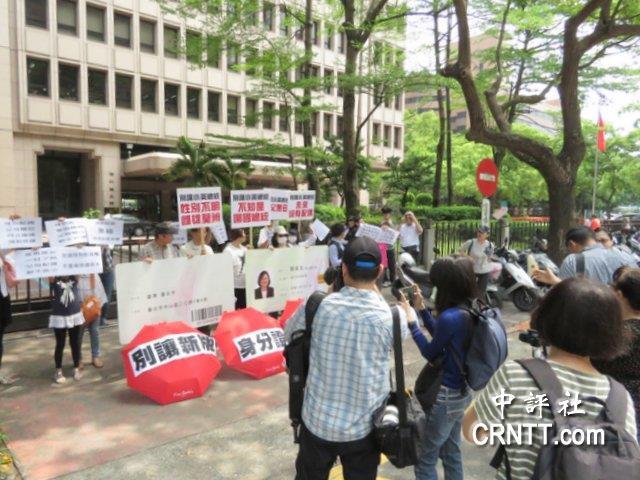 """""""台湾国""""身份证将登场?台民团表演行动剧反讽金鱼草的种植方法"""
