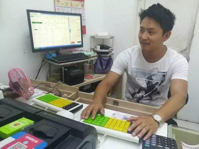 ↑黄鑫在给客户打票