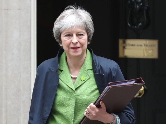 6月12日,在英國倫敦,首相特雷莎·梅離開唐寧街10號首相官邸。(新華/法新)