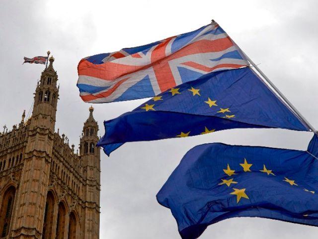 6月20日,反對脫歐的抗議者在英國倫敦議會大廈外升起英國國旗(上)和歐盟旗幟。(新華/法新)
