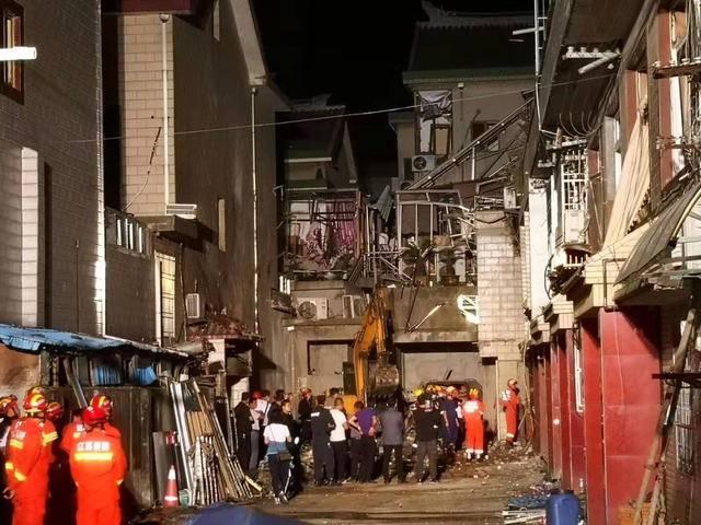 8个中队,21辆消防车,105名消防队员投入救援抢险