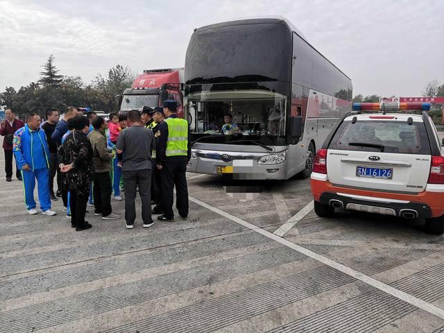 大巴车擅自从事旅游运输,58名乘客被驳载