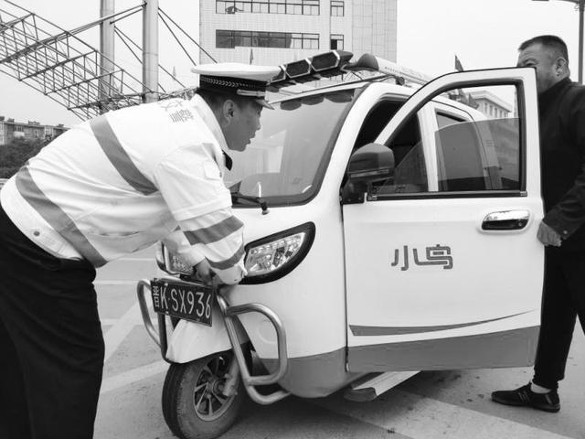 晋中交警支队三大队民警拆除收缴电瓶车悬挂机动车号牌