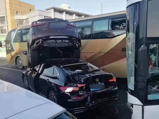 上海高架发生多车相撞事故 一轿车铲飞SUV现国足水平