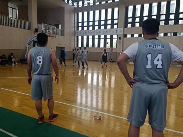 """球衣上居然印""""某某他爹"""",哪里的篮球赛这么霸气?"""