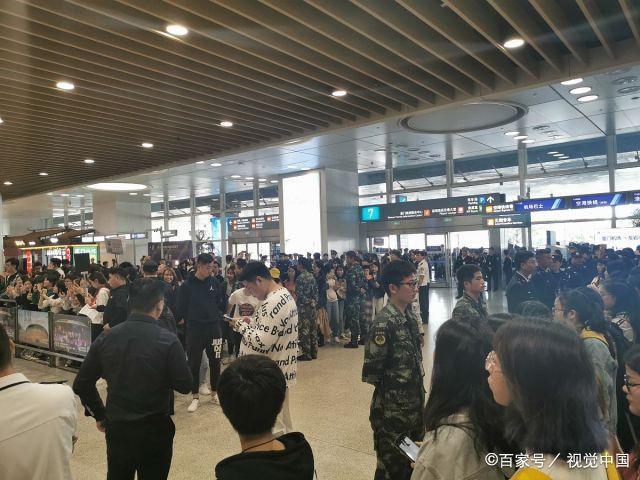 李宇春参加第28届金鸡百花电影节,近50名安保为其护驾,场面浩大