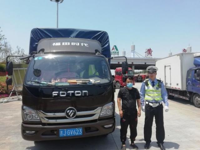 胶州湾大队连续查获两起货车超载100%交通违法