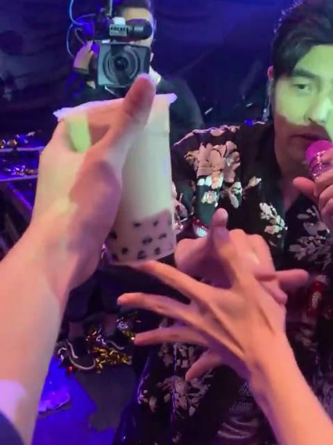 演唱会粉丝拿珍珠奶茶吸引杰伦太皮了!