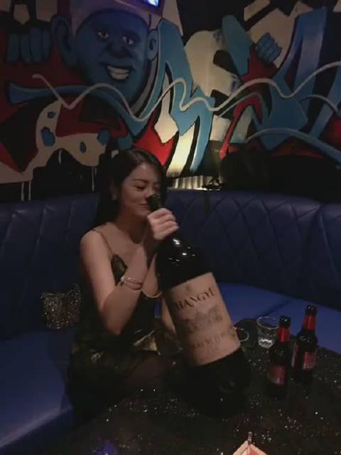 好大一瓶酒