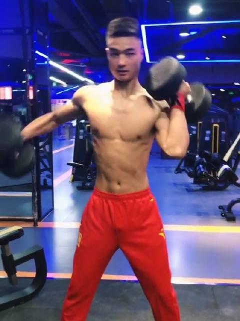 体育生小哥哥阳光帅气,臂力惊人!