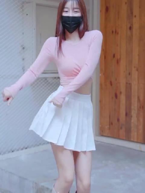 百褶裙当然还是白色的更好看