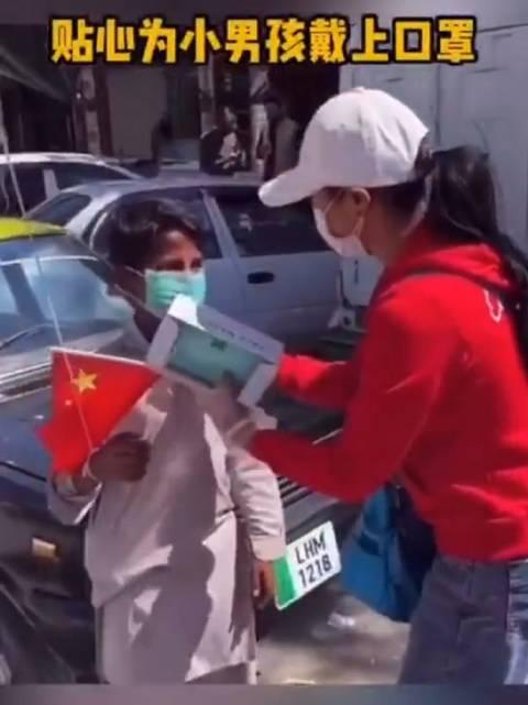 中国女孩在巴基斯坦街头派发口罩!为她点赞!