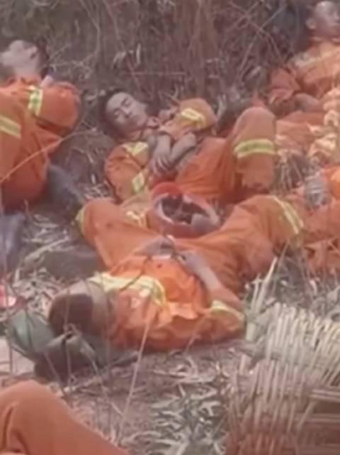 在参加西昌森林火灾扑救的工作间隙,这些武警官兵们疲惫地睡着