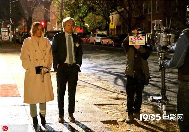 洛佩兹现身新剧拍摄现场 与威尔逊漫步纽约街头