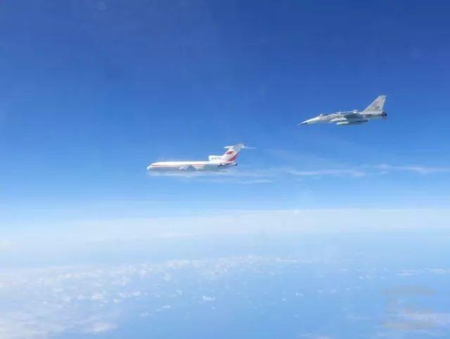 ▲台军方公布的F-16跟飞解放军轰-6图片