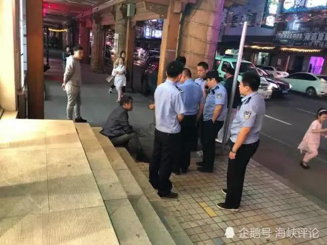 警察正在照顾男子