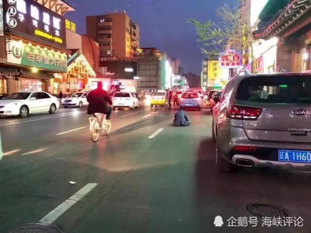 跌坐在街头的男子