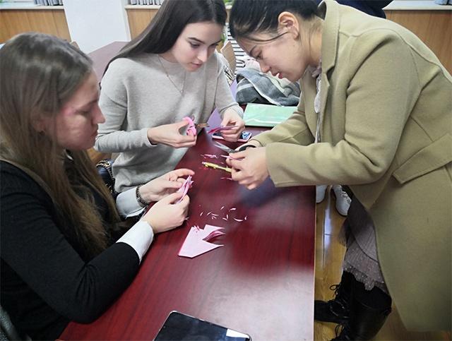 剪窗花、剪金鱼...德州15名外国留学生体验剪纸艺术