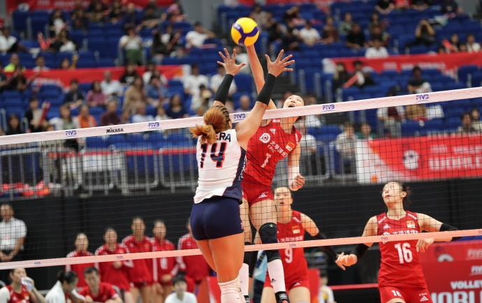 闪电新闻四连胜!中国女排3-0横扫多米尼加女排