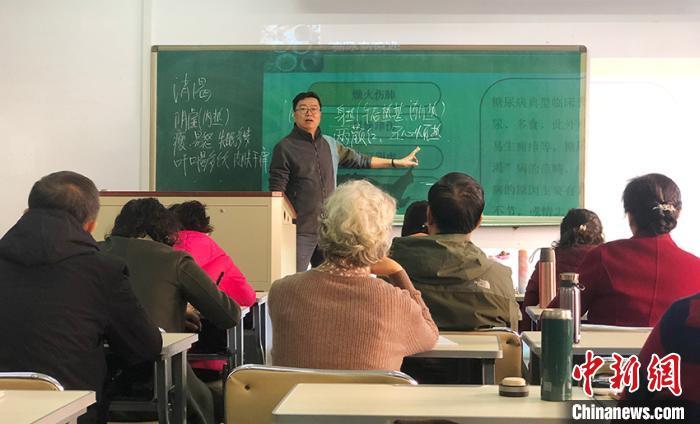 """""""老年课堂""""开进高校 中国银发教育市场前景广"""