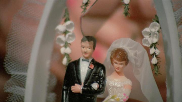 恐怖片:新婚夫妻切婚礼蛋糕,刚切开新郎人偶,新郎就裂成了两半