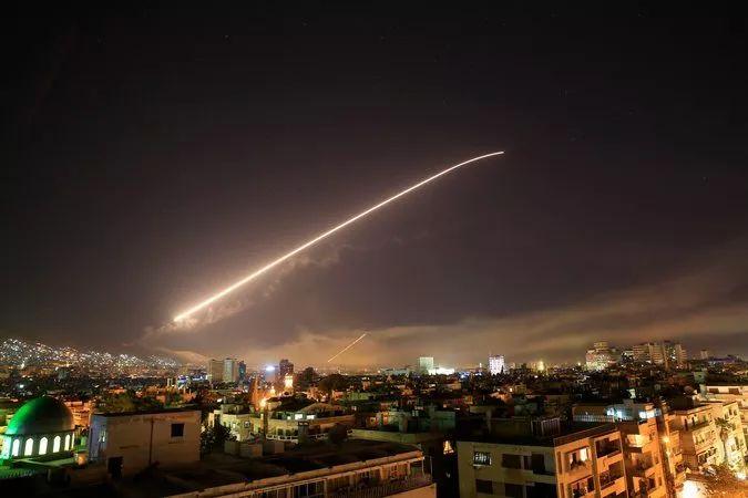 图为14日凌晨导弹飞过大马士革上空。(美联社)