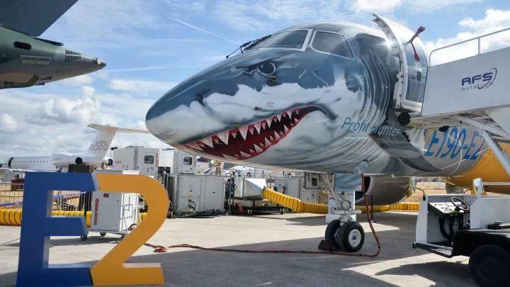 展出中的一架巴西航空工业公司的商用飞机E190-E2,外观别致,是空客A220-300的竞争对手