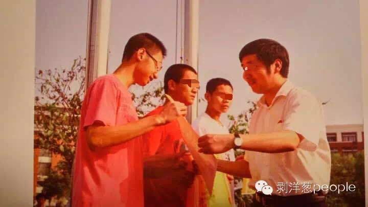 高中时,吴谢宇(右二)作为班级代表领奖。