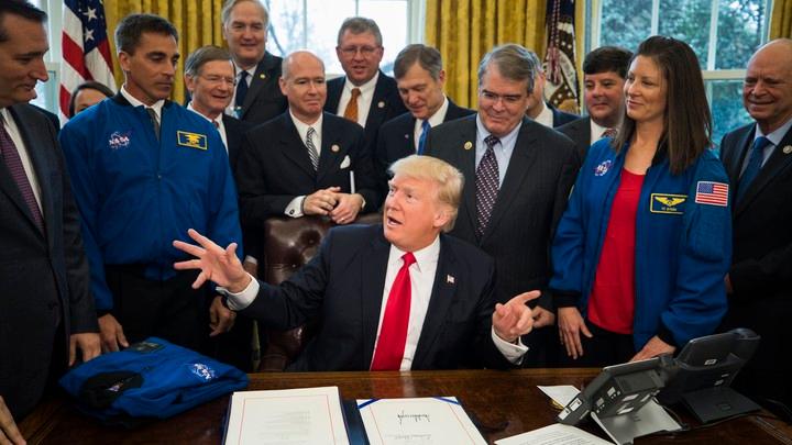 特朗普签署文件给NASA额外拨款。推特截图