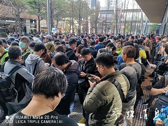 台湾民众排队购买华为手机
