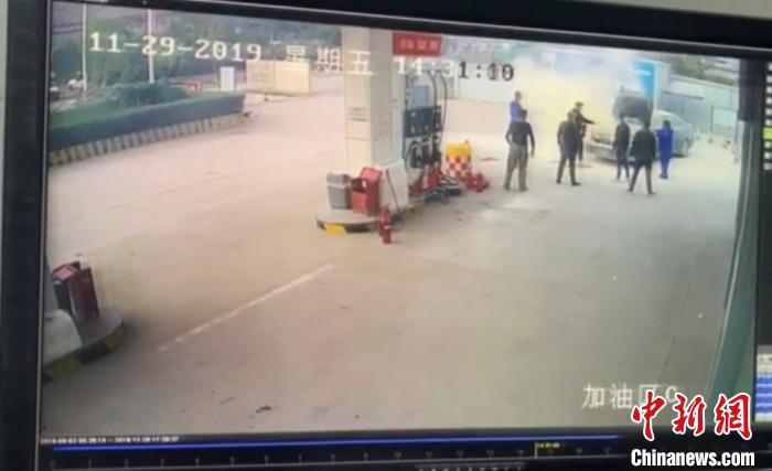 浙江温州一车辆在加油站发生自燃
