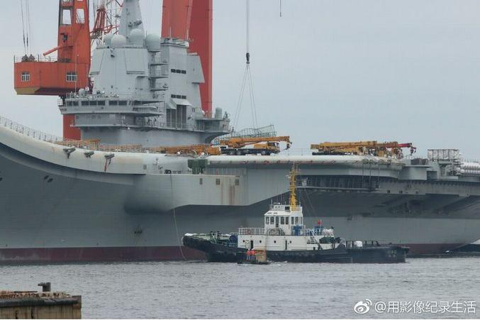 国产航母甲板上吊车位置被调换