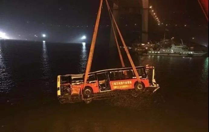 重庆万州坠江公交车昨晚被打捞出水 现场鸣笛致哀