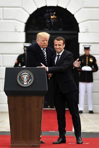 2018年4月24日,在美國華盛頓白宮,美國總統川普(左)與到訪的法國總統馬克龍出席歡迎儀式。 新華社記者楊承霖攝