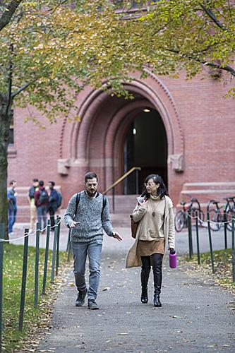 资料图:人们走在美国马萨诸塞州哈佛大学校园内。(新华社)