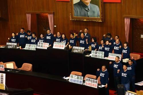 """国民党民意代表16日占领台湾立法机构议场主席台,对于深澳电厂环评案过关表达不满,要求退回环评、重新审查。图片来源:""""中时电子报"""""""
