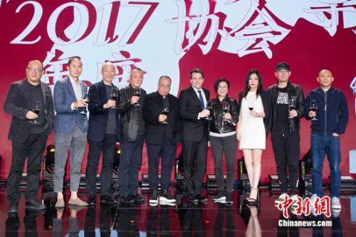 王小帅、章明、张建亚、杨凤良、尹力、李汉龙、李少红、赵薇、陆川、程耳合影(从左到右)