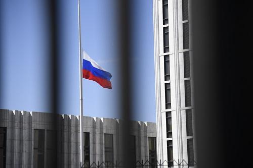 这是3月26日在美国首都华盛顿拍摄的俄罗斯驻美国大使馆内的俄罗斯国旗。 新华社记者杨承霖摄