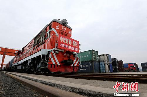 3月7日上午,X8001次中欧班列从中国铁路西安局集团有限公司新筑车站驶出。 中新社记者 张远 摄